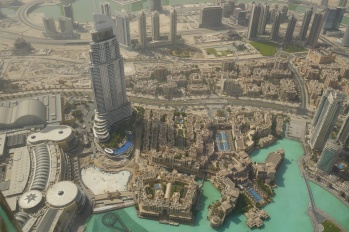 Here you see Dubai Mall to the left and the fountain area in front of the Burj Khalifa.